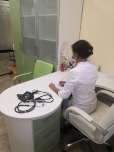 врач медицинского центра на приеме